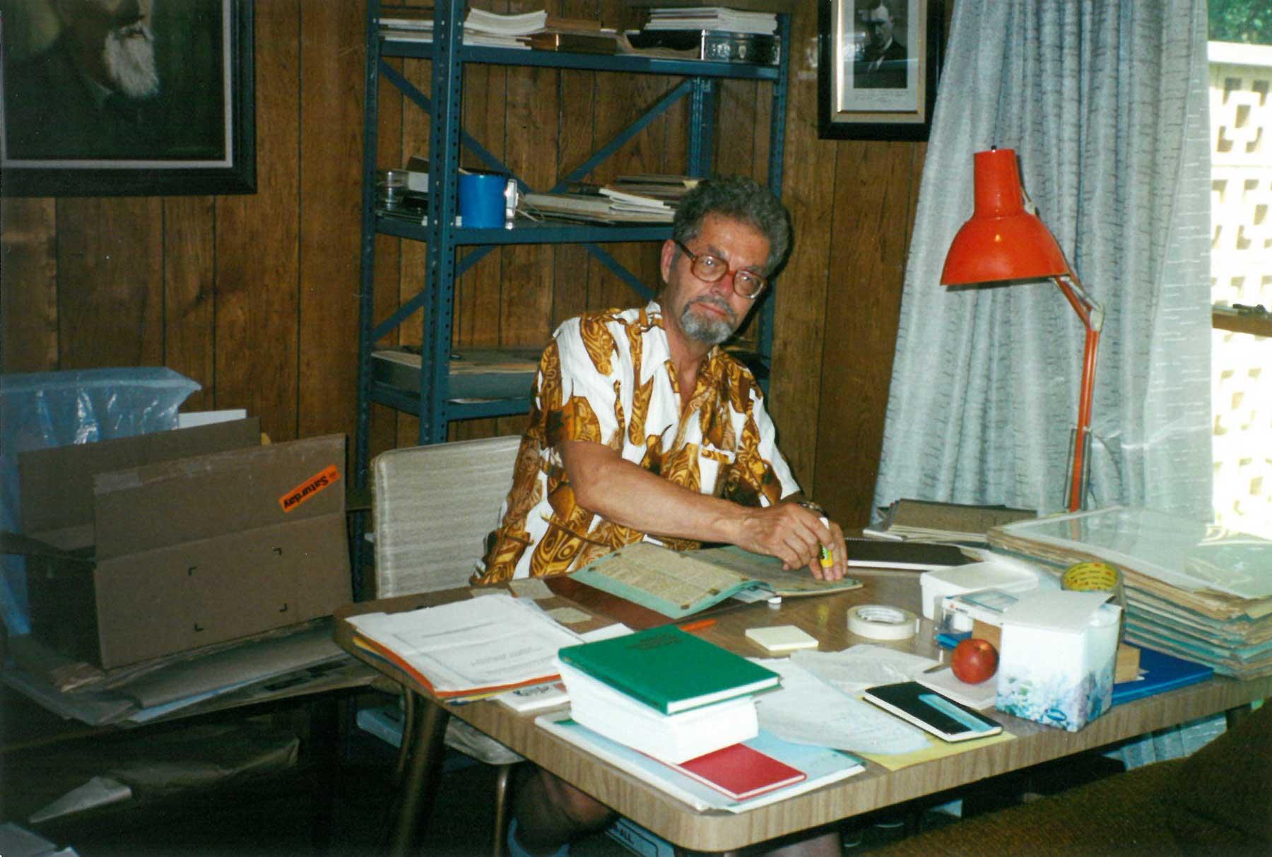 Arnolds Klotiņš diriģenta Roberta Zuikas mājās. Kalamazū, ASV. 1999. gads.