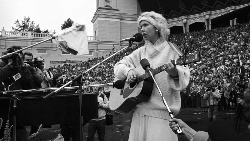 Ieva Akurātere dzied tautas manifestācijā Mežaparkā. Rīga, 07.10.1988.